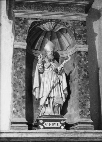 Tabernacle du maître-autel, 3 statuettes d'évêques, 2 tableaux : La Nativité, L'Adoration des Mages