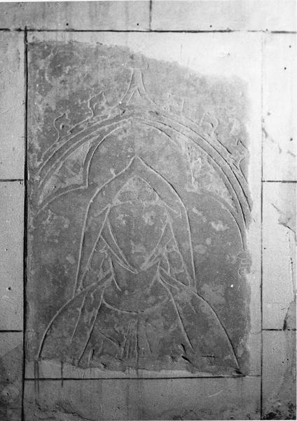 dalle funéraire : Une Tête féminine sous une arcature gothique