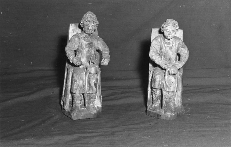 deux statuettes : Crépin, Crépinien, assis