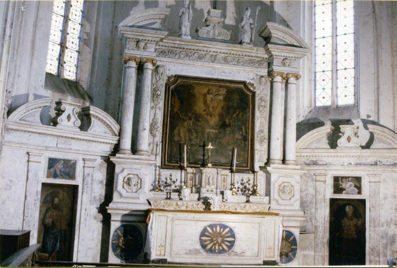 Maître-autel, tabernacle, retable, tableau : La Résurrection du Christ ; décor du choeur : portiques avec 2 portes à panneaux peints : Moïse et Aaron, 2 peintures sur pierre : L'Annonciation