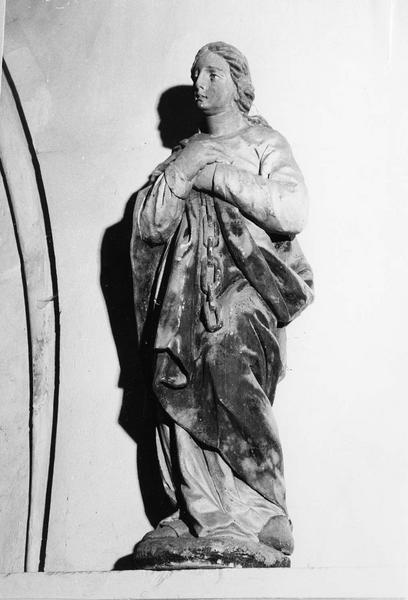 statue : Sainte à la chaîne