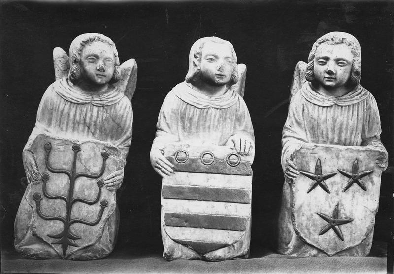 Groupe sculpté : Trois angelots porteurs d'écussons