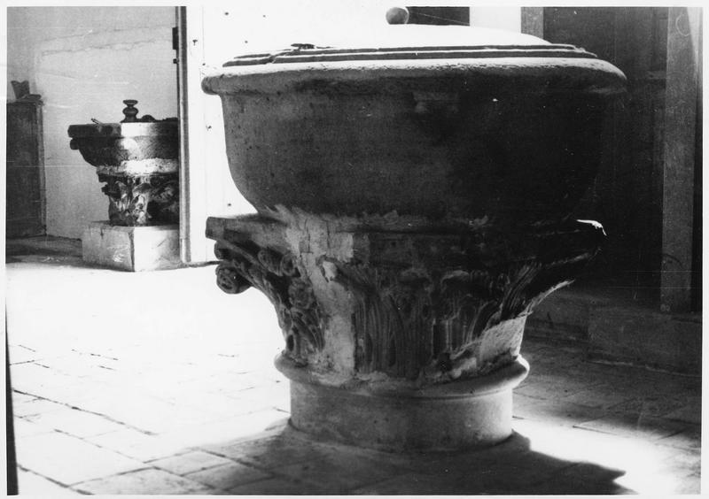 fonts baptismaux, pied composé de deux chapiteaux