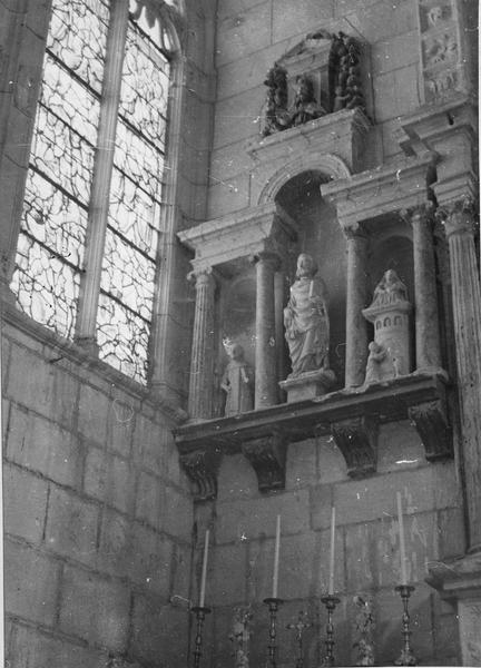 retable, trois statues : saint Pierre, sainte assise au sommet d'une tour, saint religieux