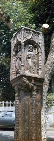 bas-relief (poteau cornier) : saint Jean-Baptiste, saint Paul et un vigneron