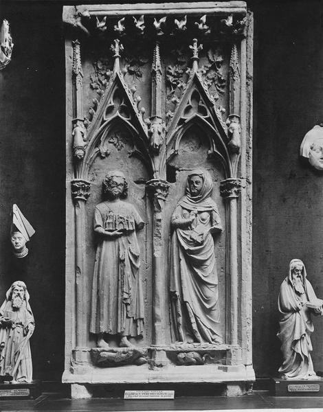 deux bas-reliefs : Les Fondateurs présumés de l'église