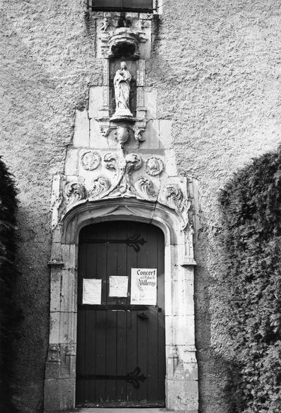 statue : Vierge à l'Enfant, dans la niche au desus de la porte