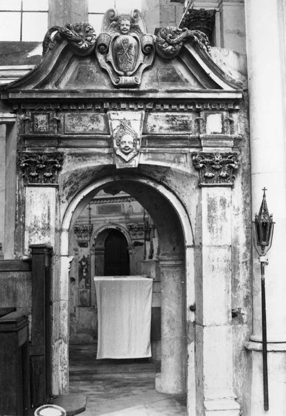 porte de la sacristie et fronton