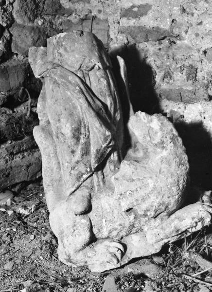 statue : sainte Marguerite, base de la statue
