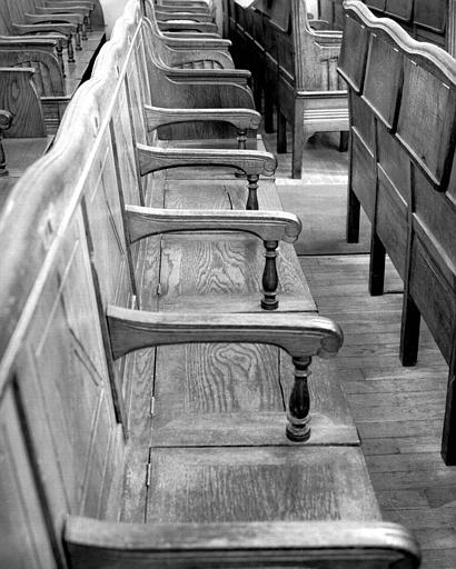 Banc dont les sièges sont séparés par des accoudoirs sculptés