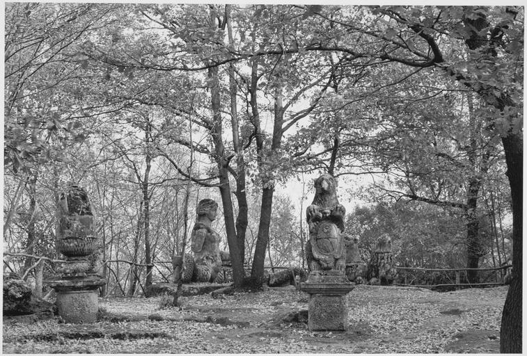 Vue du jardin et de ses sculptures d'ours et de sirènes