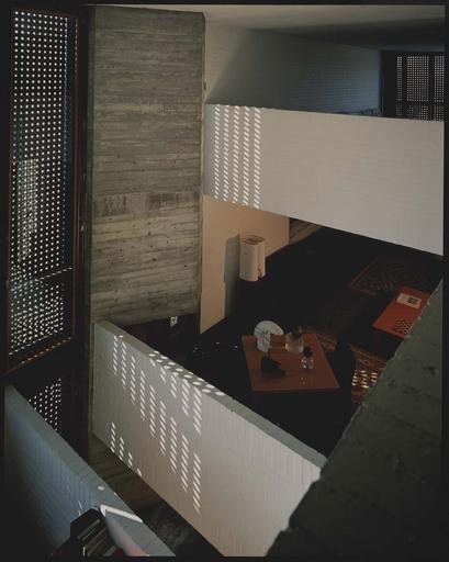 Vue intérieure du salon et des fenêtres en claustra