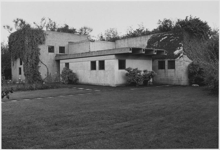 Vue générale du bâtiment et du jardin