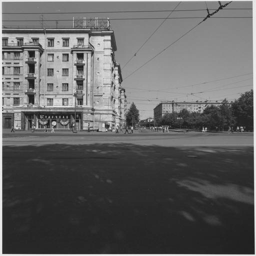 Vue d'un boulevard et personnes traversant la rue