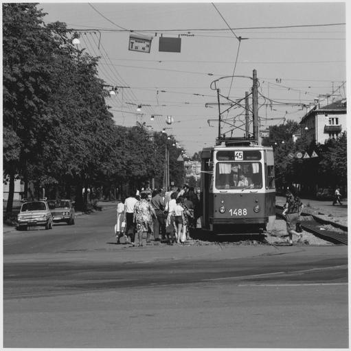 Personnes montant dans un tramway