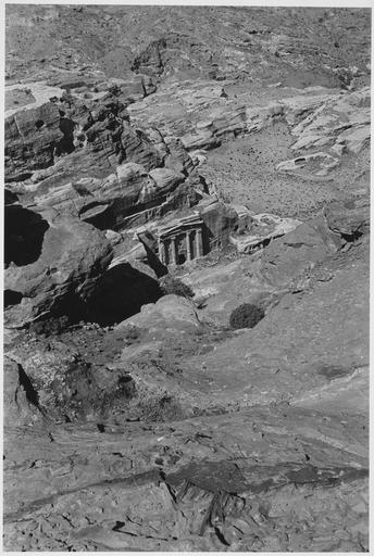 Vue en plongée d'une tombe troglodytique à colonnade