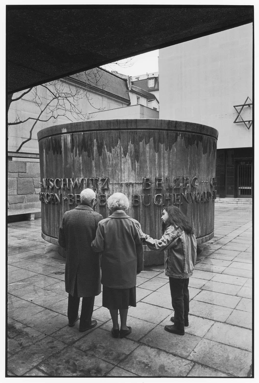 Mémorial au [martyr] juif inconnu, [Paris,] 1994