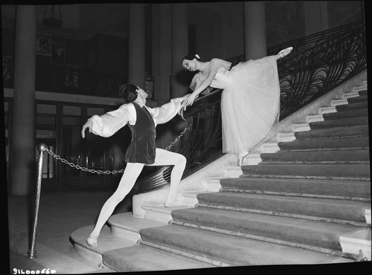 Un danseur et une danseuse sur l'escalier du Théâtre des Champs-Élysées