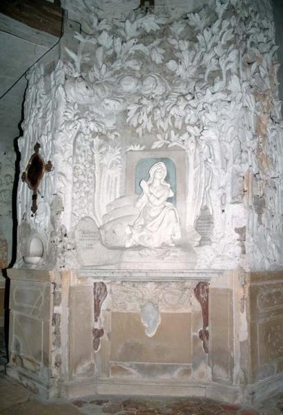 Revêtement mural : décor stuqué du pilier nord-ouest
