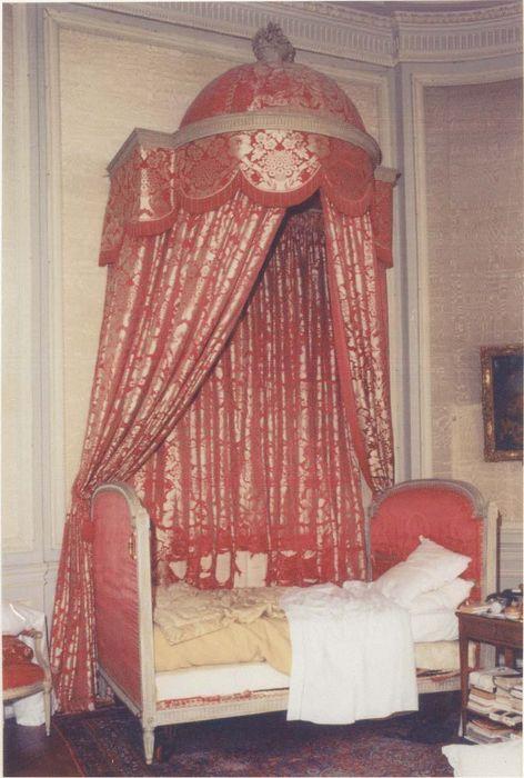 4 fauteuils à la reine et 2 chaises, duchesse brisée en deux, lit à la polonaise