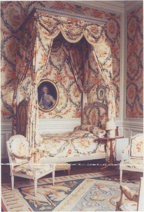 6 fauteuils à la reine et lit à la polonaise