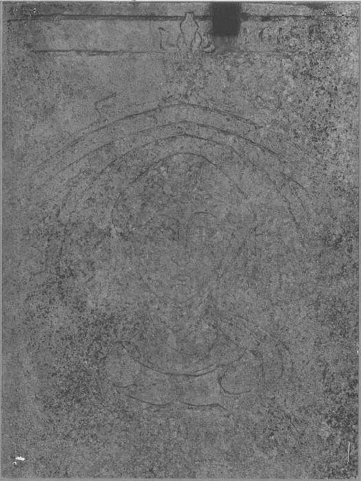 fragment de la dalle funéraire d'une Dame