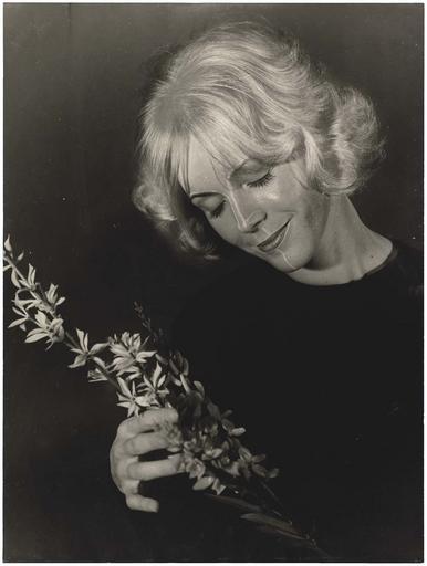 Danièle Argence avec une fleur