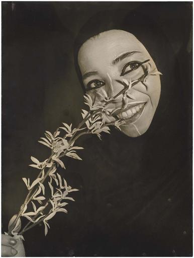 Hilcia d'Aubeterre avec une fleur
