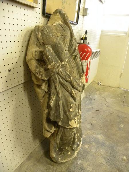 Statue : sainte Barbe, vue de trois quart droit