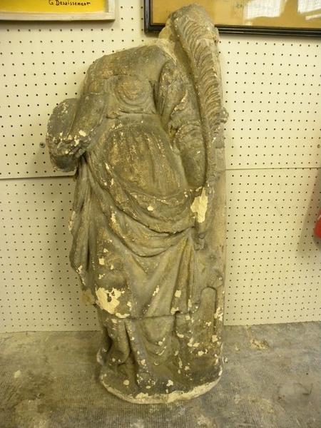 Statue : sainte Barbe, vue de face