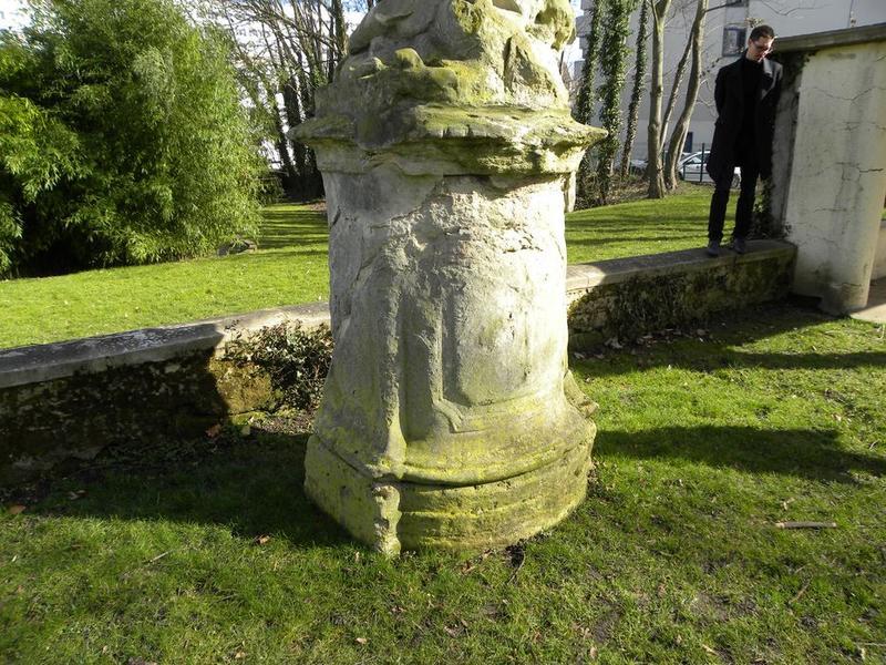Groupe sculpté de Vénus et Cupidon, vue rapprochée sur le socle, trois quart droit