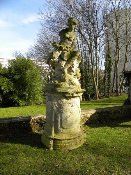 Groupe sculpté de Vénus et Cupidon, vue de trois quart droit