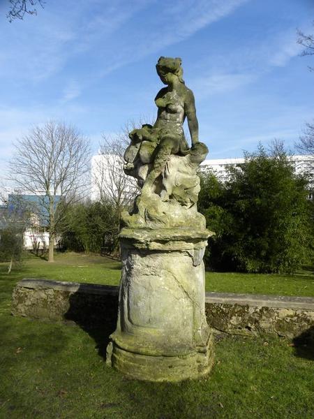 Groupe sculpté de Vénus et Cupidon, vue de trois quart gauche