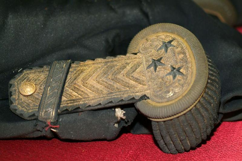 Ensemble d'un costume militaire(costume d'apparat) : épaulette