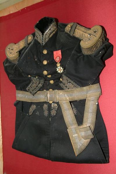 Ensemble d'un costume militaire(costume d'apparat) : vue d'ensemble