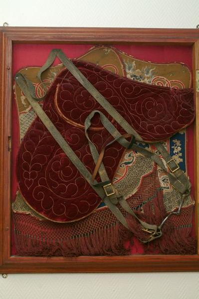 Ensemble d'un costume militaire(équipement d'équitation) : vue d'ensemble