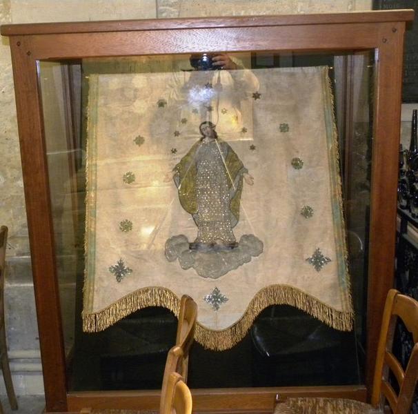 Bannière de procession de la Vierge: vue sous vitrine