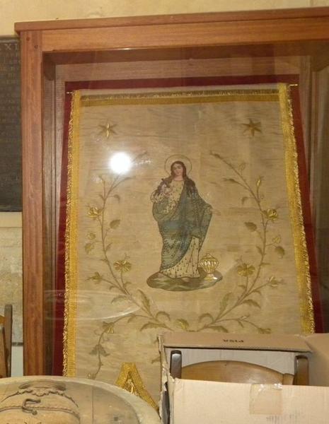 Bannière de procession de sainte Madeleine: vue sous vitrine