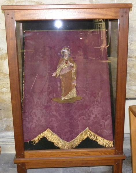Bannière de procession du Sacré-Coeur: vue sous vitrine