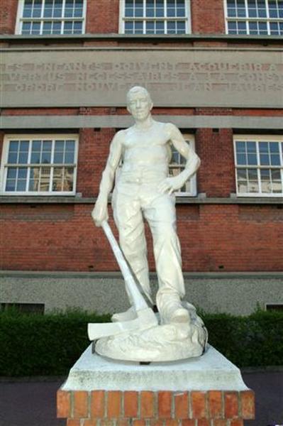 Statue : Le Bûcheron de la forêt de La Londe: vue de face