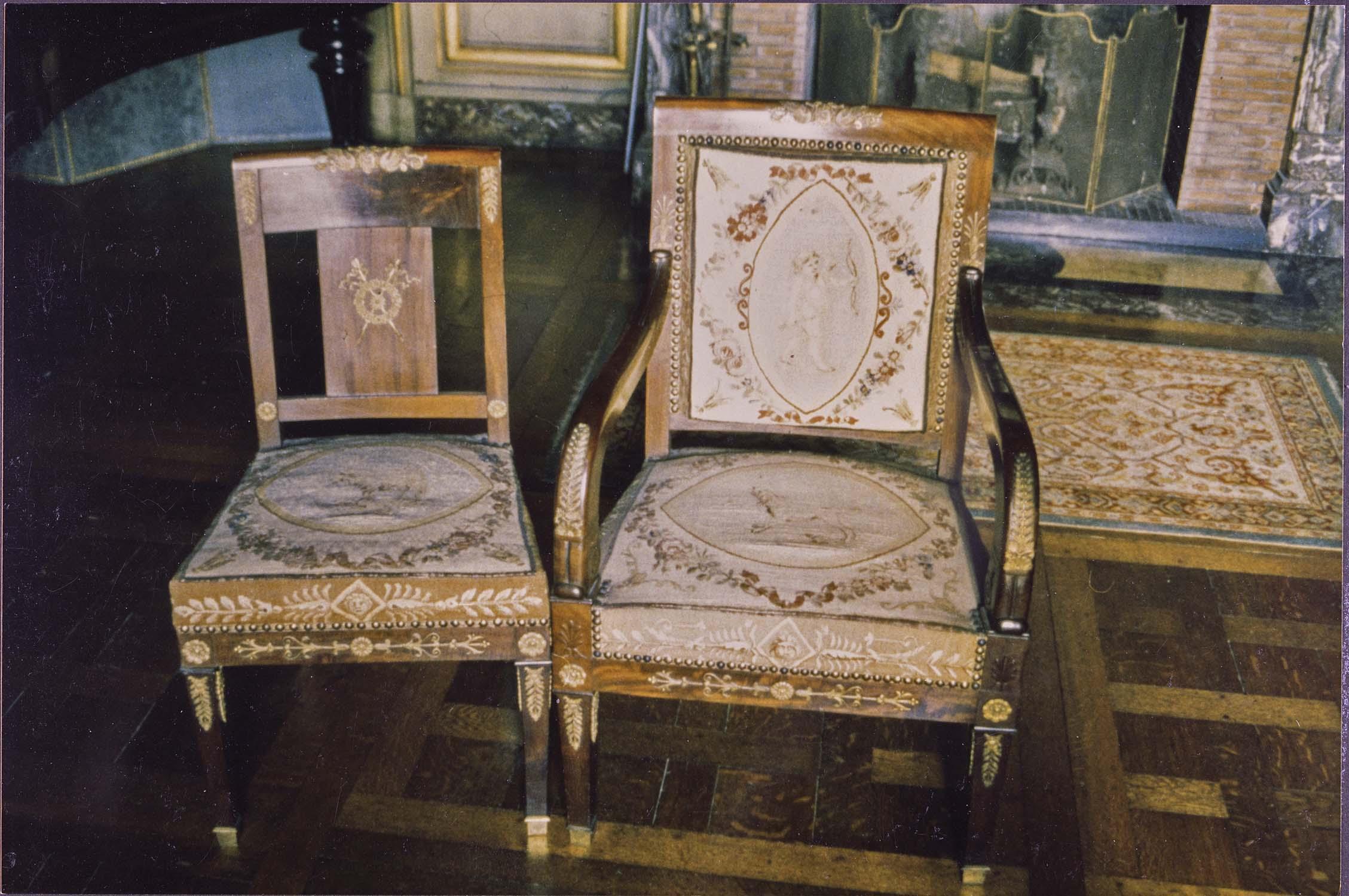 Sièges : fauteuils (8), chaises (6), canapé (1)