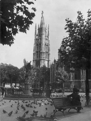 Place Jean Moulin et sa statue Gloria victis, banc et pigeons, Tour Pey Berland en arrière-plan