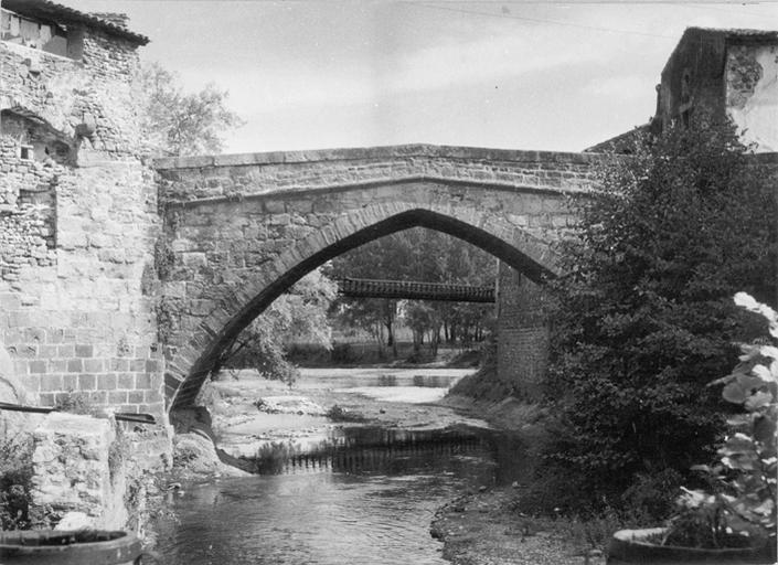 Vieux pont du 14e siècle sur la Couze