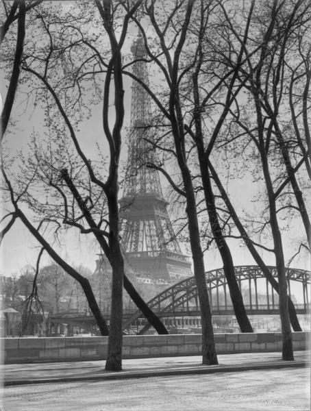 La Tour au milieu des arbres et la passerelle Debilly