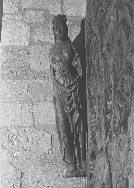 Statue : femme couronnée tenant un phylactère