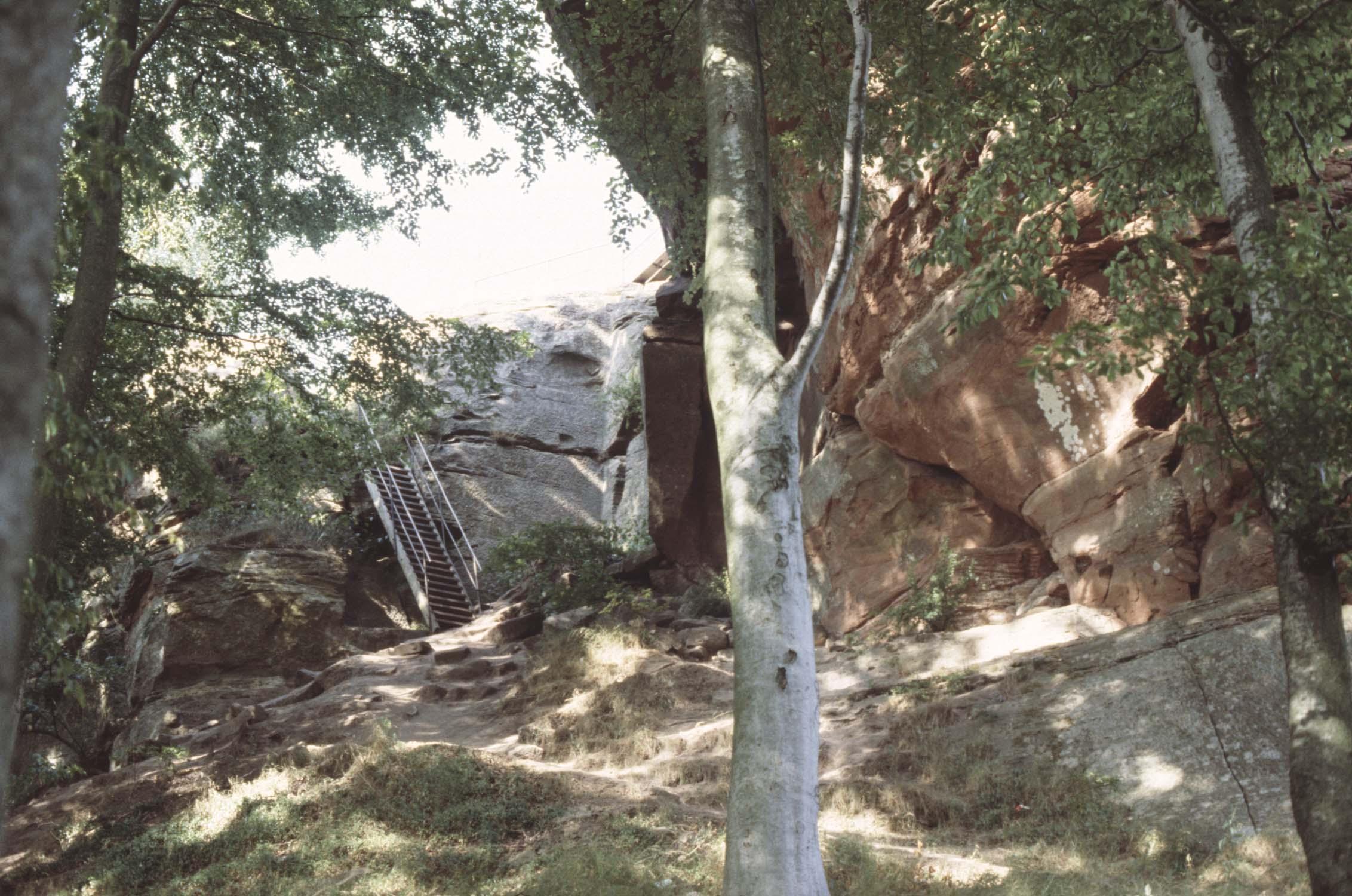 Passerelle d'accès, vue générale au milieu des rochers