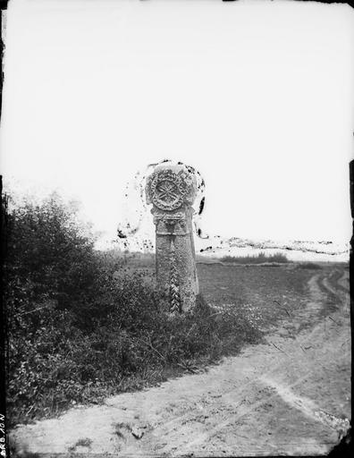 Vue des bas-reliefs de la stèle