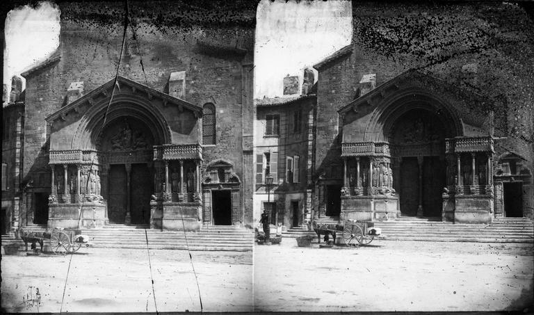Un attelage devant le portail de l'église Saint-Trophime