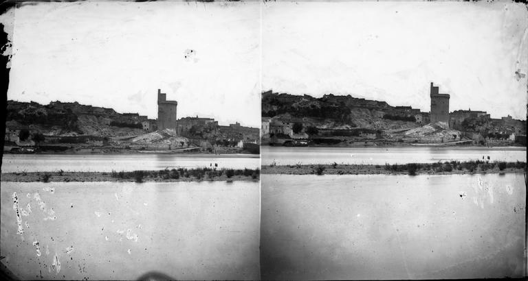 La ville et la tour Philippe-le-Bel, vus de la rive gauche du Rhône