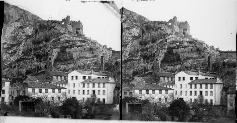 La vallée de la Sorgue, les ruines du château et un moulin